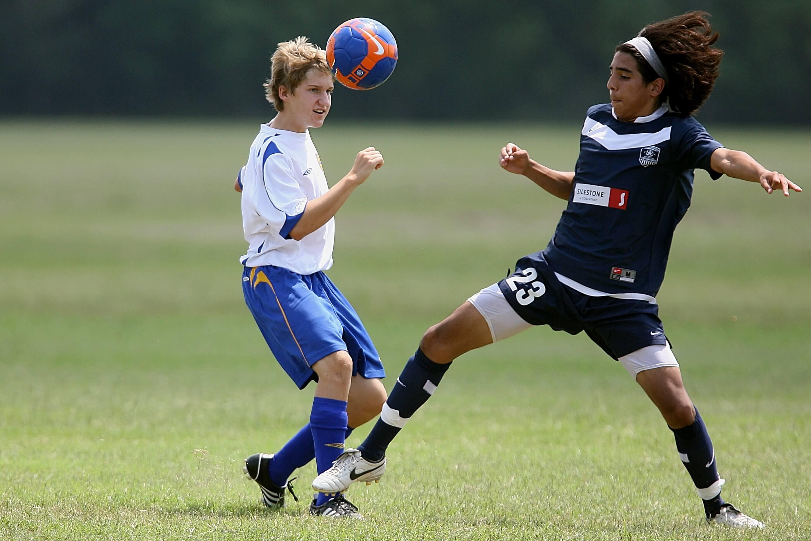 Tieners aan het voetballen